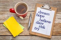 Το όνειρο, ελπίδα, θεωρεί στο clipbaord στοκ εικόνες