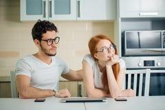 Το όνειρο ζεύγους, σκέφτεται χρησιμοποιώντας το lap-top, ανατρέχοντας Στοκ Εικόνες