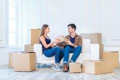Το όνειρο πραγματοποιείται, κίνηση Το αγαπώντας ζεύγος απολαμβάνει ένα νέο διαμέρισμα Στοκ φωτογραφία με δικαίωμα ελεύθερης χρήσης
