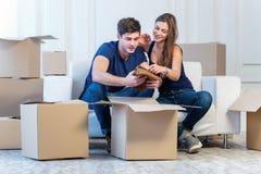 Το όνειρο πραγματοποιείται, κίνηση Το αγαπώντας ζεύγος απολαμβάνει ένα νέο διαμέρισμα Στοκ Φωτογραφίες