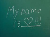 Το όνομά μου είναι αγάπη, που γράφεται στην άσπρη κιμωλία Στοκ φωτογραφία με δικαίωμα ελεύθερης χρήσης