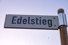 Το όνομα η κατεύθυνση παρουσιάζει Edelstieg που η οδός σε αυτή σημάδι οδών βρίσκεται Στοκ φωτογραφία με δικαίωμα ελεύθερης χρήσης