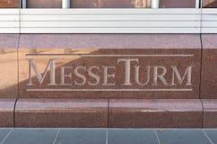 Το όνομα του πύργου εμπορικών εκθέσεων, messeturm, Φρανκφούρτη, Γερμανία στοκ εικόνες