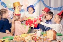 Το δόσιμο παιδιών παρουσιάζει στο κορίτσι Στοκ Φωτογραφία