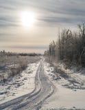 Το όχημα για το χιόνι ακολουθεί στο φως του ήλιου. Στοκ Εικόνα