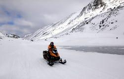 Το όχημα για το χιόνι και η γυναίκα στα βουνά Στοκ Φωτογραφίες