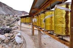 Το ύφασμα των scriptures στο περιστρέψιμο σχέδιο του Θιβέτ Στοκ εικόνα με δικαίωμα ελεύθερης χρήσης