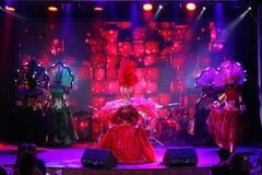 Το ύφος παρισινό cabaret Στη σκηνή σε μια θεαματική επίδειξη του μουσικού πρωθυπουργού θεάτρων Στοκ εικόνες με δικαίωμα ελεύθερης χρήσης