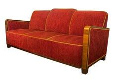 Το ύφος του Art Deco επικάλυψε τον κόκκινο καναπέ πολυθρόνων με γωνιακά ξύλινα armrests Στοκ Εικόνες