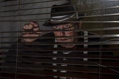 Το ώριμο άτομο έντυσε το 1940 τη μόδα του s κοιτάζοντας από ένα παράθυρο, Στοκ φωτογραφία με δικαίωμα ελεύθερης χρήσης