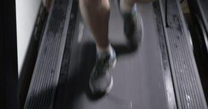 Το ώριμο άτομο πηγαίνει γρήγορα treadmill, ιδρώνει και κουρασμένος απόθεμα βίντεο