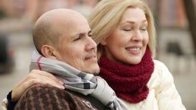 Το ώριμο αγαπώντας ζεύγος σταθμεύει την άνοιξη απόθεμα βίντεο