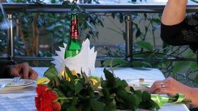 Το ώριμο ζεύγος δειπνεί σε ένα εστιατόριο απόθεμα βίντεο