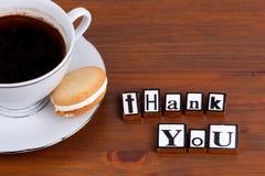 το δώρο καρτών που απομονώνεται άσπρο ευχαριστεί εσείς Στην ξύλινη κούπα επιτραπέζιου καφέ, μπισκότο Στοκ φωτογραφίες με δικαίωμα ελεύθερης χρήσης