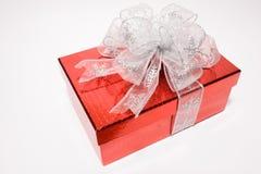 το δώρο κιβωτίων ανασκόπησης απομόνωσε το κόκκινο λευκό Στοκ Φωτογραφία