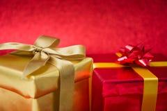 το δώρο κιβωτίων απομόνωσε το λευκό Στοκ Φωτογραφία