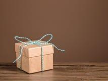 το δώρο κιβωτίων τόξων ανασκόπησης απομόνωσε το λευκό Στοκ Φωτογραφίες