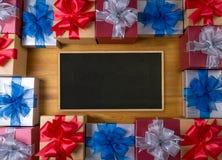 Το δώρο ΚΙΒΩΤΙΩΝ και το μικρό δώρο που τυλίγονται, παρουσιάζουν και Χριστούγεννα, blan Στοκ φωτογραφίες με δικαίωμα ελεύθερης χρήσης