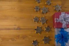 Το δώρο ΚΙΒΩΤΙΩΝ και το μικρό δώρο που τυλίγονται, παρουσιάζουν και Χριστούγεννα, άτομο Στοκ Φωτογραφία