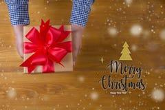 Το δώρο ΚΙΒΩΤΙΩΝ και το μικρό δώρο που τυλίγονται, παρουσιάζουν και Χριστούγεννα, άτομο Στοκ Εικόνα