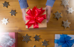 Το δώρο ΚΙΒΩΤΙΩΝ και το μικρό δώρο που τυλίγονται, παρουσιάζουν και Χριστούγεννα, άτομο Στοκ φωτογραφία με δικαίωμα ελεύθερης χρήσης