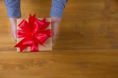Το δώρο ΚΙΒΩΤΙΩΝ και το μικρό δώρο που τυλίγονται, παρουσιάζουν και Χριστούγεννα, άτομο Στοκ εικόνα με δικαίωμα ελεύθερης χρήσης