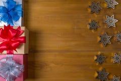 Το δώρο ΚΙΒΩΤΙΩΝ και το μικρό δώρο που τυλίγονται, παρουσιάζουν και Χριστούγεννα, άτομο Στοκ εικόνες με δικαίωμα ελεύθερης χρήσης
