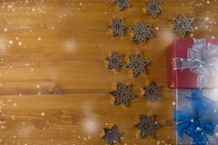 Το δώρο ΚΙΒΩΤΙΩΝ και το μικρό δώρο που τυλίγονται, παρουσιάζουν και Χριστούγεννα, άτομο Στοκ φωτογραφίες με δικαίωμα ελεύθερης χρήσης