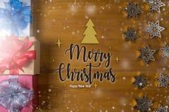 Το δώρο ΚΙΒΩΤΙΩΝ και το μικρό δώρο που τυλίγονται, παρουσιάζουν και Χριστούγεννα, άτομο Στοκ Φωτογραφίες
