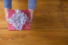 Το δώρο ΚΙΒΩΤΙΩΝ και το μικρό δώρο που τυλίγονται, παρουσιάζουν και Χριστούγεννα, δώρο Στοκ Εικόνες