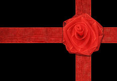 Το δώρο με την κόκκινη κορδέλλα και αυξήθηκε Στοκ εικόνες με δικαίωμα ελεύθερης χρήσης