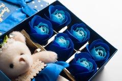 Το δώρο στο μπλε κιβώτιο με το καπάκι Στοκ φωτογραφίες με δικαίωμα ελεύθερης χρήσης