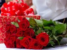 Το δώρο χαιρετισμού και αυξήθηκε λουλούδι στο υπόβαθρο θαμπάδων Στοκ Εικόνες