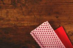 Το δώρο Χριστουγέννων και παρουσιάζει το τύλιγμα Στοκ Εικόνες