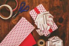 Το δώρο Χριστουγέννων και παρουσιάζει το τύλιγμα Στοκ Φωτογραφίες