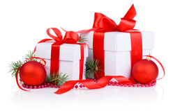 Το δώρο Χριστουγέννων δύο με την κόκκινη σφαίρα, κλάδος δέντρων, τόξο κορδελλών και είναι Στοκ Εικόνα