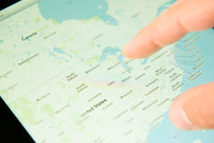 Το δάχτυλο αγγίζει την οθόνη του PC ταμπλετών Στοκ φωτογραφία με δικαίωμα ελεύθερης χρήσης