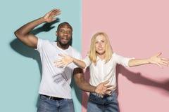 Το afro εξέπληξε τον αθλητικό αγώνα προσοχής ζευγών στη TV στο σπίτι, επιτυχές παιχνίδι Διαφορετική έννοια συγκινήσεων όμορφες νε στοκ φωτογραφίες με δικαίωμα ελεύθερης χρήσης