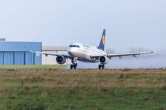 Το airbus A319-100 από την αερογραμμή Lufthansa απογειώνεται από το διεθνή αερολιμένα Στοκ Εικόνες