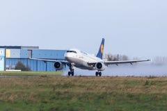 Το airbus A319-100 από την αερογραμμή Lufthansa απογειώνεται από το διεθνή αερολιμένα Στοκ φωτογραφίες με δικαίωμα ελεύθερης χρήσης