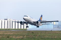 Το airbus A319-100 από την αερογραμμή Lufthansa απογειώνεται από το διεθνή αερολιμένα Στοκ Φωτογραφίες