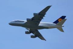 Το airbus της Lufthansa A380 κατεβαίνει για την προσγείωση στο διεθνή αερολιμένα JFK στη Νέα Υόρκη Στοκ Εικόνες