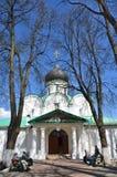 Το Alexandrov, Ρωσία, μπορεί, 02.2014, ρωσική σκηνή: Άνθρωποι που κάθονται κοντά στον καθεδρικό ναό Troitsky σε Aleksandrovskaya  Στοκ Φωτογραφίες