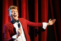 Το Anchorman που μιλά στους θεατές και που αναγγέλλει παρουσιάζει Στοκ Εικόνα