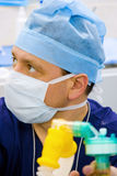 το anesthesiologist κοιτάζει Στοκ εικόνα με δικαίωμα ελεύθερης χρήσης