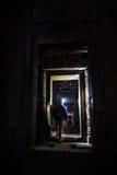 το angkor εξερευνά τον τουρίστα καταστροφών προβολέων wat Στοκ Εικόνες