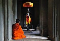 το angkor Καμπότζη προσεύχεται το χρόνο στο wat στοκ εικόνα