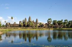 Το Angkor Wat με την αντανάκλαση στο νερό σε Siem συγκεντρώνει Στοκ Εικόνες