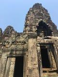 Το Angkor Wat σε Siem συγκεντρώνει, Cambodia Πέτρινα πρόσωπα που χαράζονται στις αρχαίες καταστροφές του Khmer ναού Bayon Στοκ Φωτογραφία