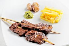 Το Anticuchos, περουβιανή κουζίνα, έψησε το σουβλισμένο κρέας καρδιών βόειου κρέατος με τη βρασμένη πατάτα και το άσπρο καλαμπόκι στοκ φωτογραφίες